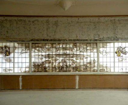 """Voor de restauratie van het gebrandschilderd raam """"de Stad 's-Hertogenbosch"""" door J. Michels naar ontwerp van Ch. Eyck."""