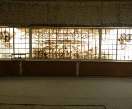 """Na de restauratie van het gebrandschilderd raam """"de Stad 's-Hertogenbosch"""" door J. Michels naar ontwerp van Ch. Eyck."""
